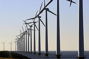 © Las fuentes de energías renovables, como la eólica, que no utilizan combustibles ayudan a reducir las emisiones de gases de efecto invernadero